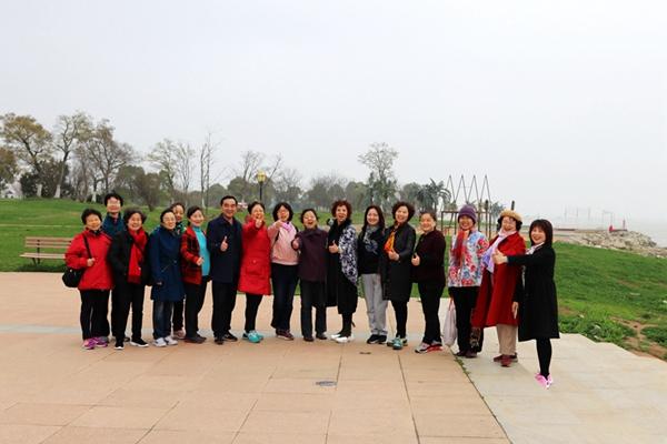 安徽开放大学组织离退休女教职工游览巢湖
